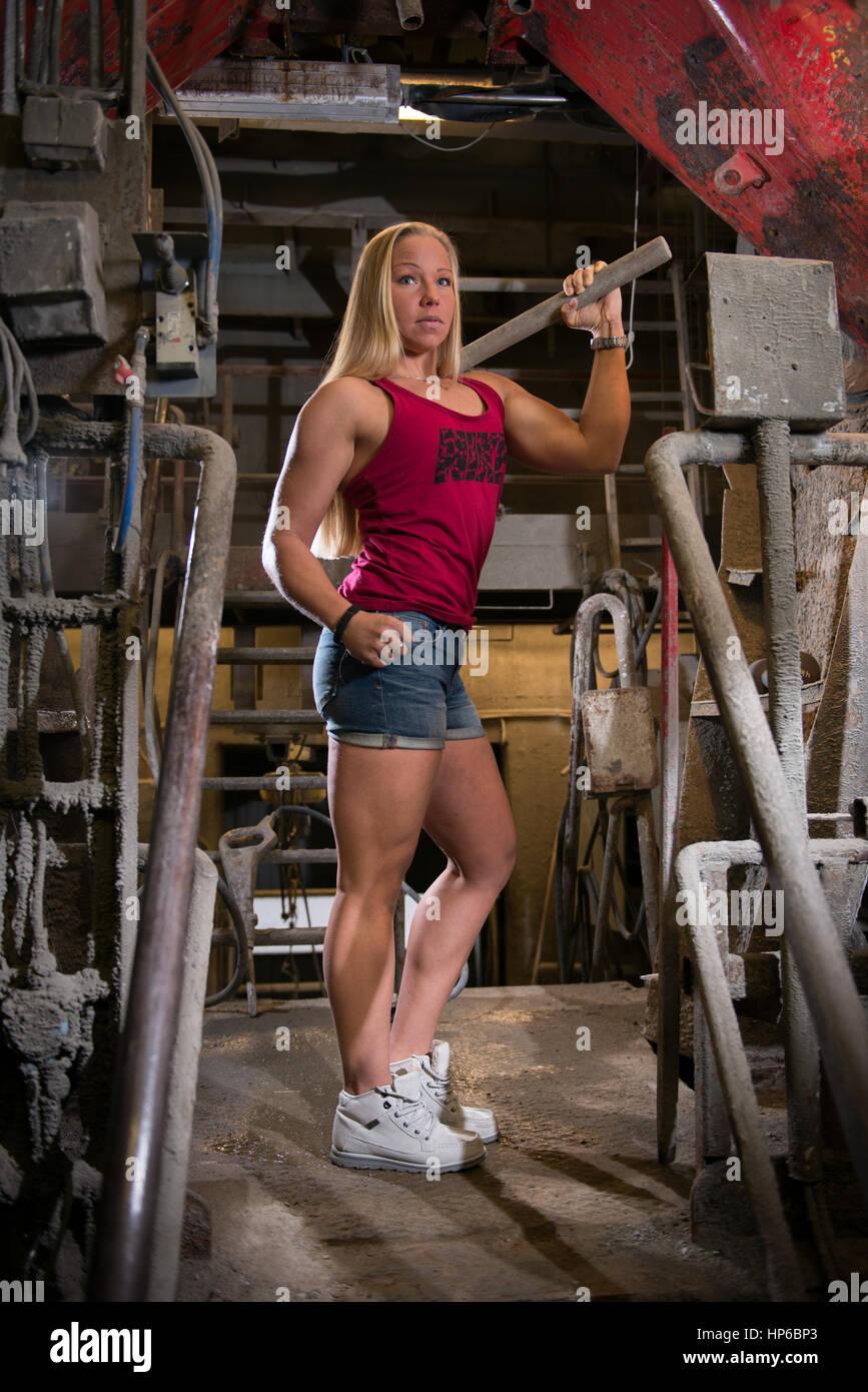 Frau industriellen Hintergrund passen Stockbild