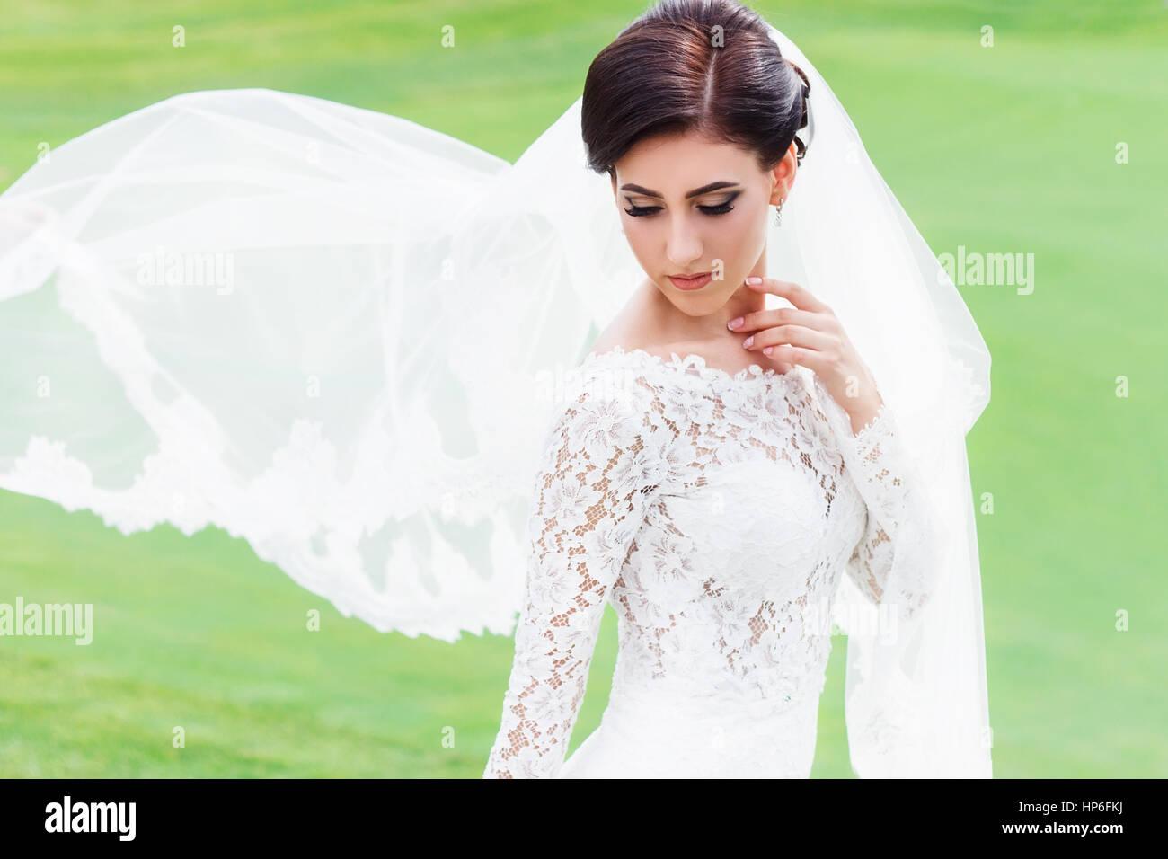 Portrat Der Schonen Braut Im Hochzeitskleid Mit Wehenden Schleier