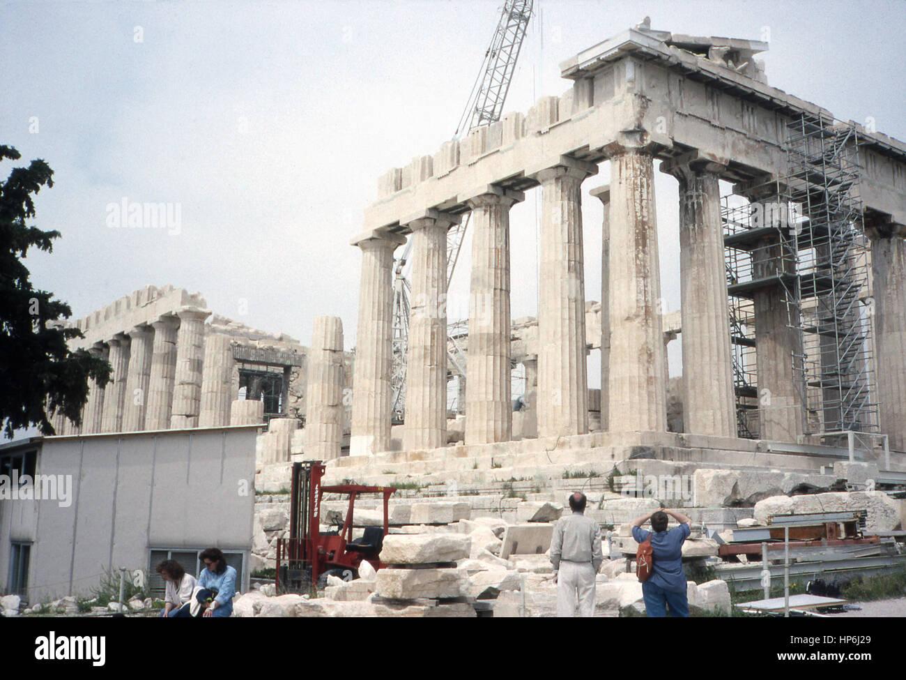 Dieses Foto, um 1990, zeigt eine Vorderansicht der Akropolis in Athen, Griechenland. Die Akropolis in Athen, Griechenland, Stockbild