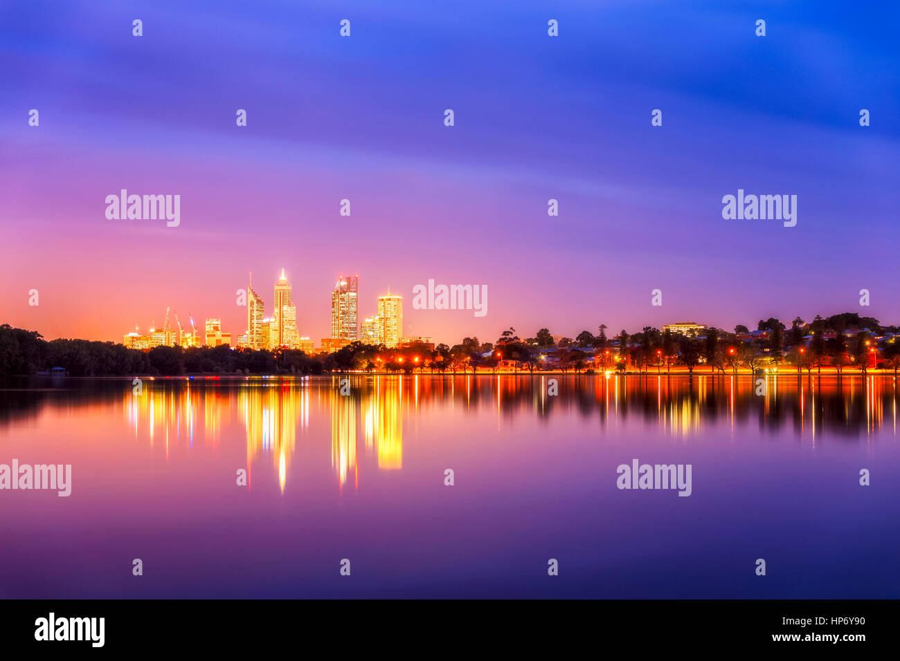 Skyline von Perth und Lake Monger Stockbild