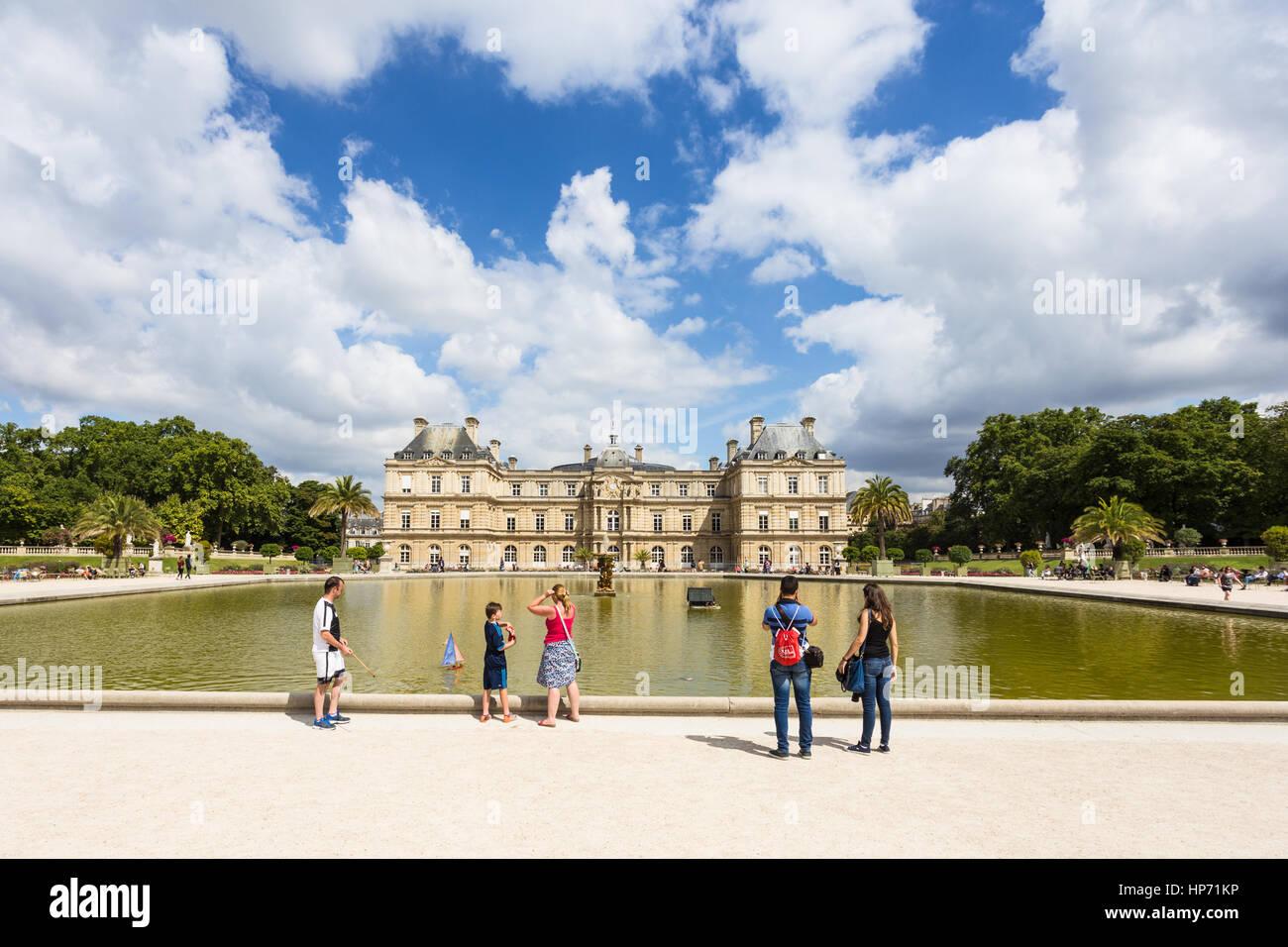 PARIS - 6. August 2016: Touristische genießen Blick auf das Palais du Luxembourg in Paris, Frankreich-Hauptstadt. Stockbild
