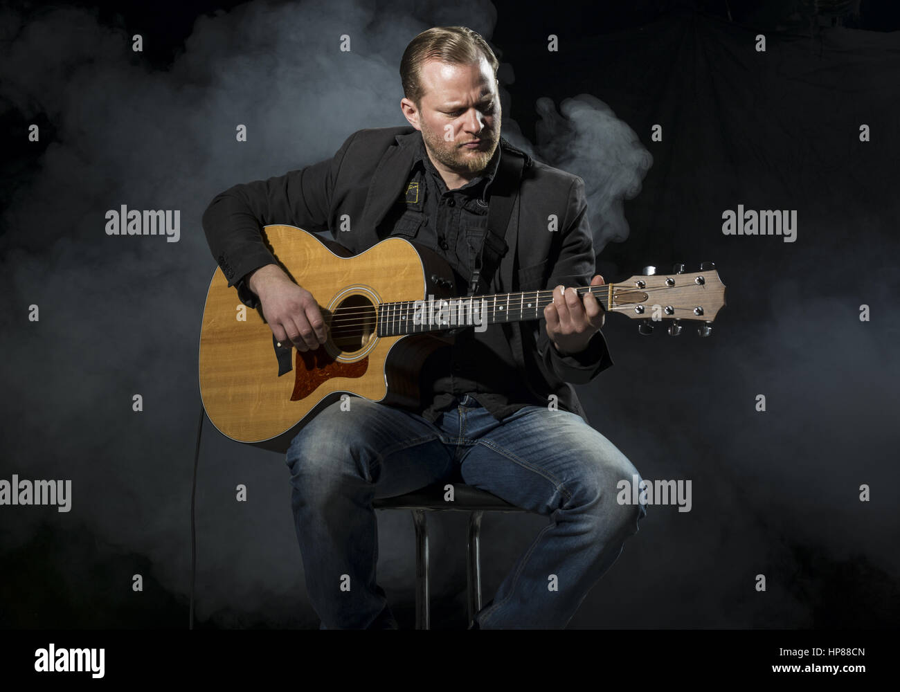 Musiker Spielt Auf Akkustischer Gitarre (Model-Release) Stockbild