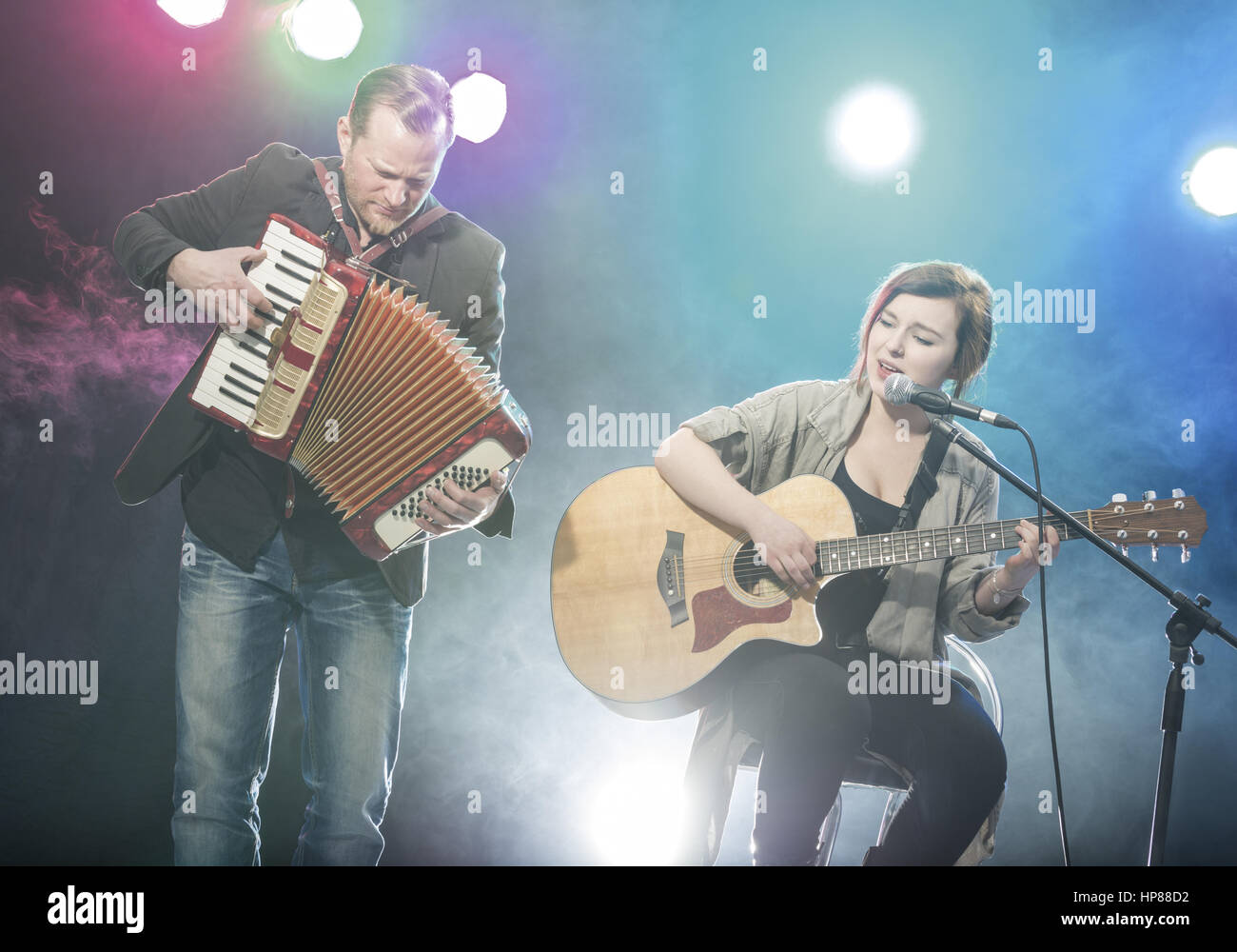 Musiker Mit Akkordeon, Musikerin Mit Gitarre (Model-Release) Stockbild