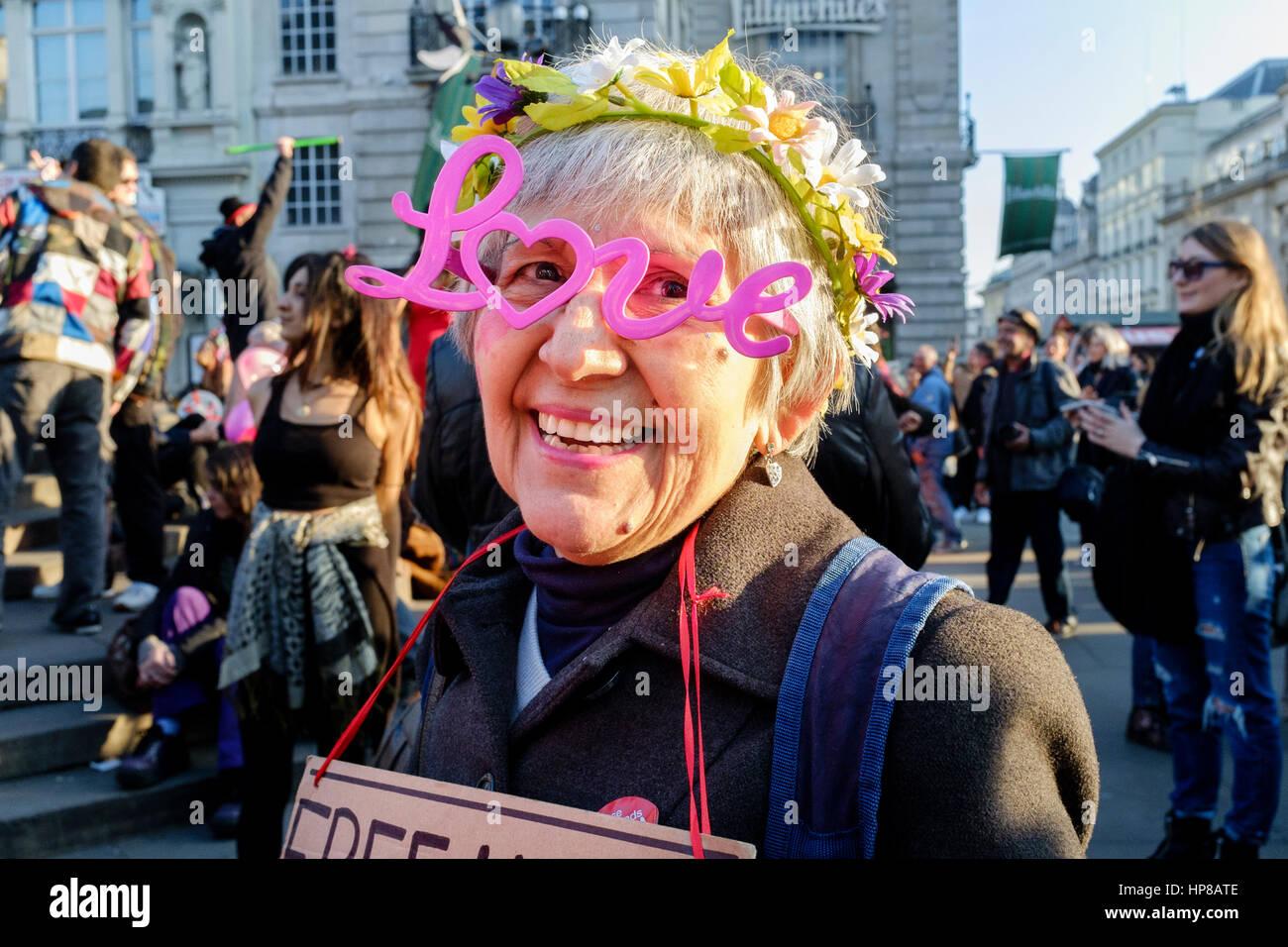 Reife Frau trägt Neuheit Liebe Brille an der zurückfordern Liebe Pflaster Partei, Leicester Square, London, Stockbild