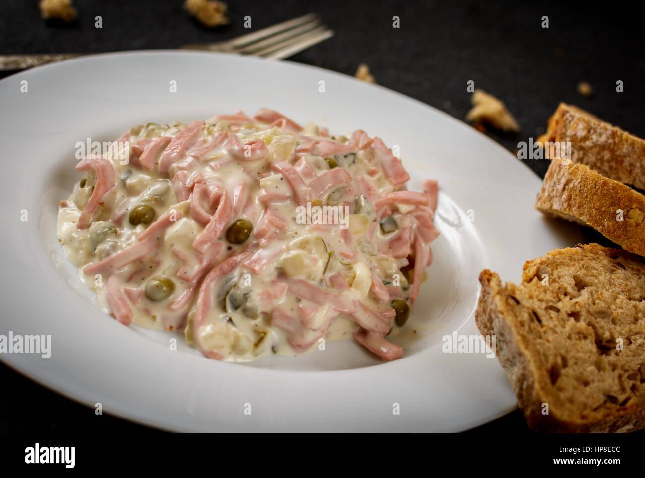 Gemischter Salat Mit Gemüse Und Wurst Nad Baguette Mayonnaise