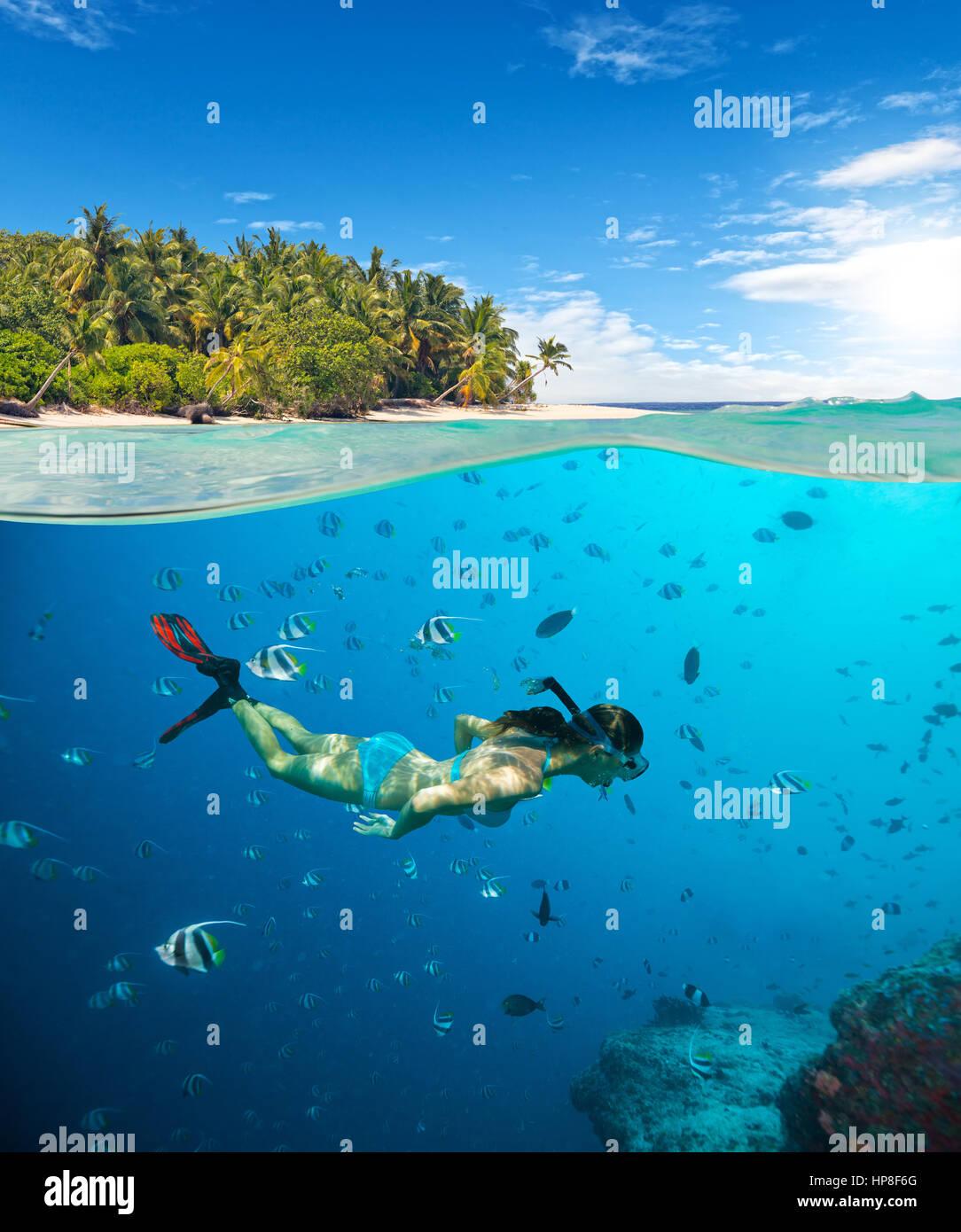 Junge Frau Schnorcheln am tropischen Strand. Unterwasser-Sport und ...