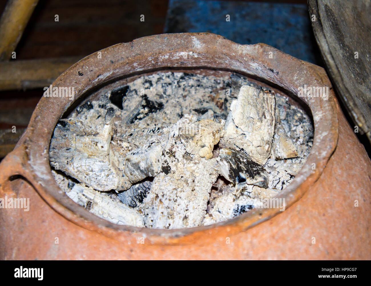 Tontopf Mit Holzkohle Zum Kochen. Traditionelle Vietnam. Küche. Haus