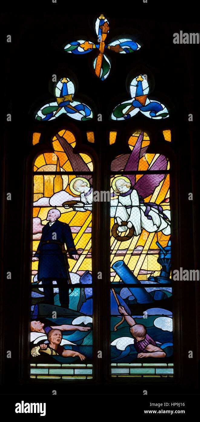 St. Tugdual Cathedral Glasfenster in Tréguier, Frankreich - die Fenster sind die Männer der Gemeinde im Stockbild