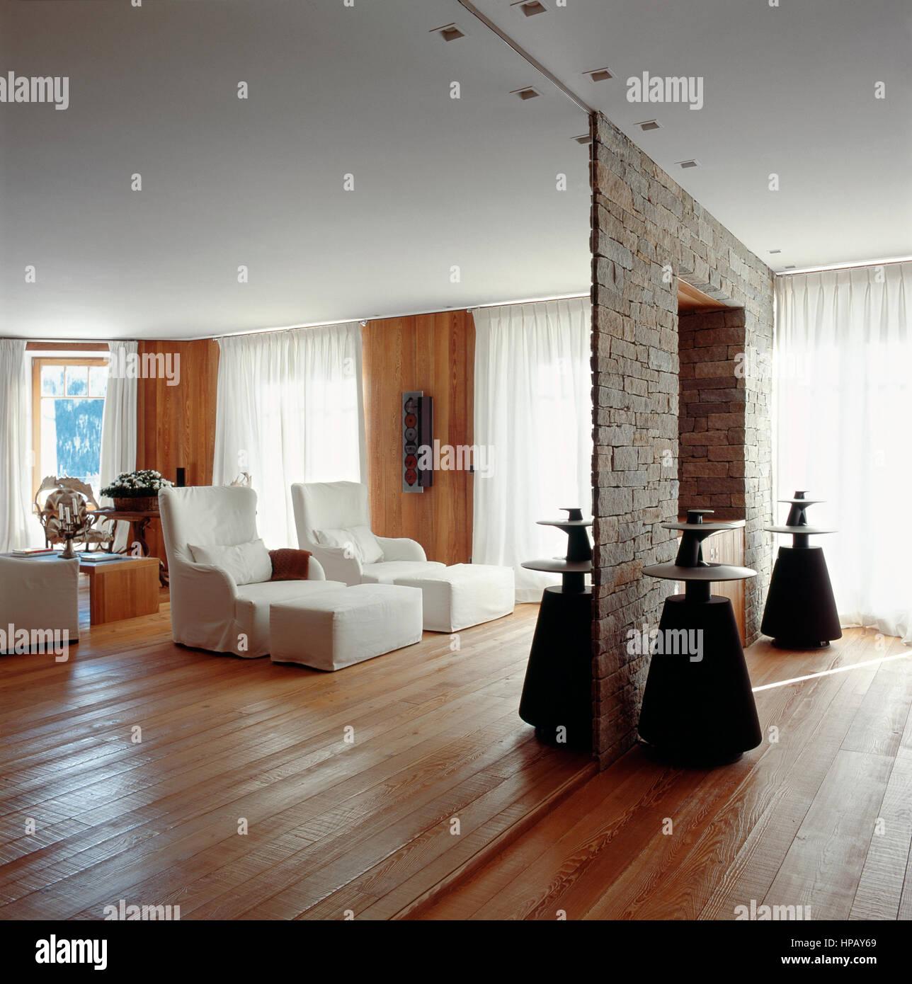 Inneneinrichtung eines Wohnzimmers in einem modernen Chalet ...