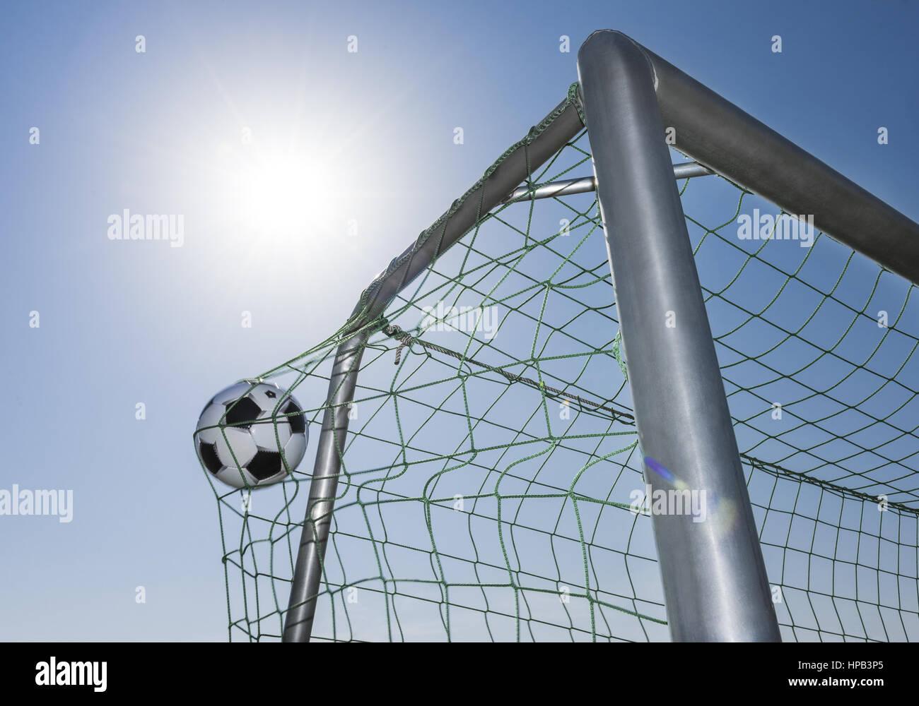 fussball fliegt ins tor stockfotografie  alamy