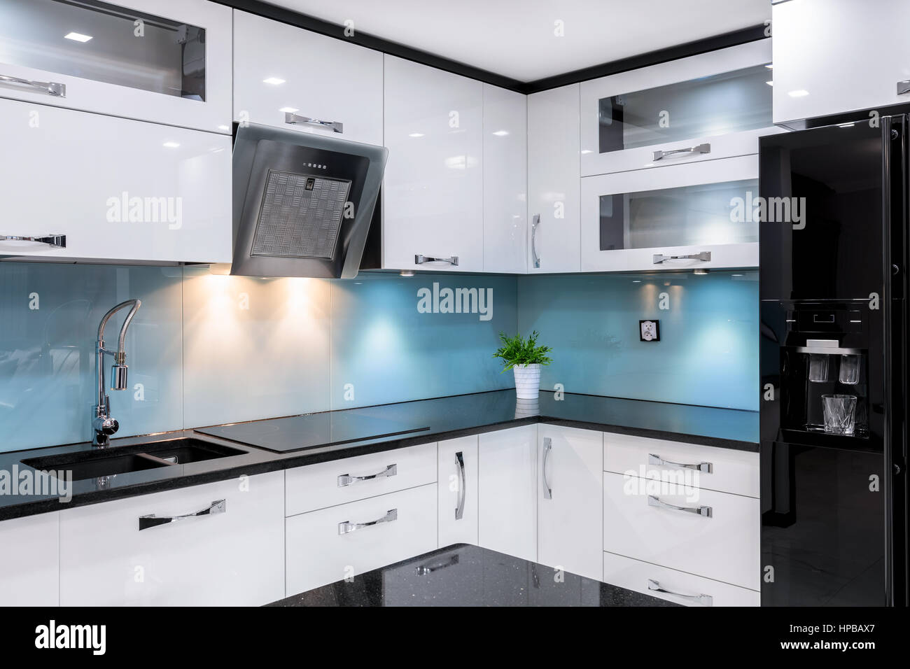 Luxus-Küche mit modernen Hochglanz Schwarz Kühlschrank und ...