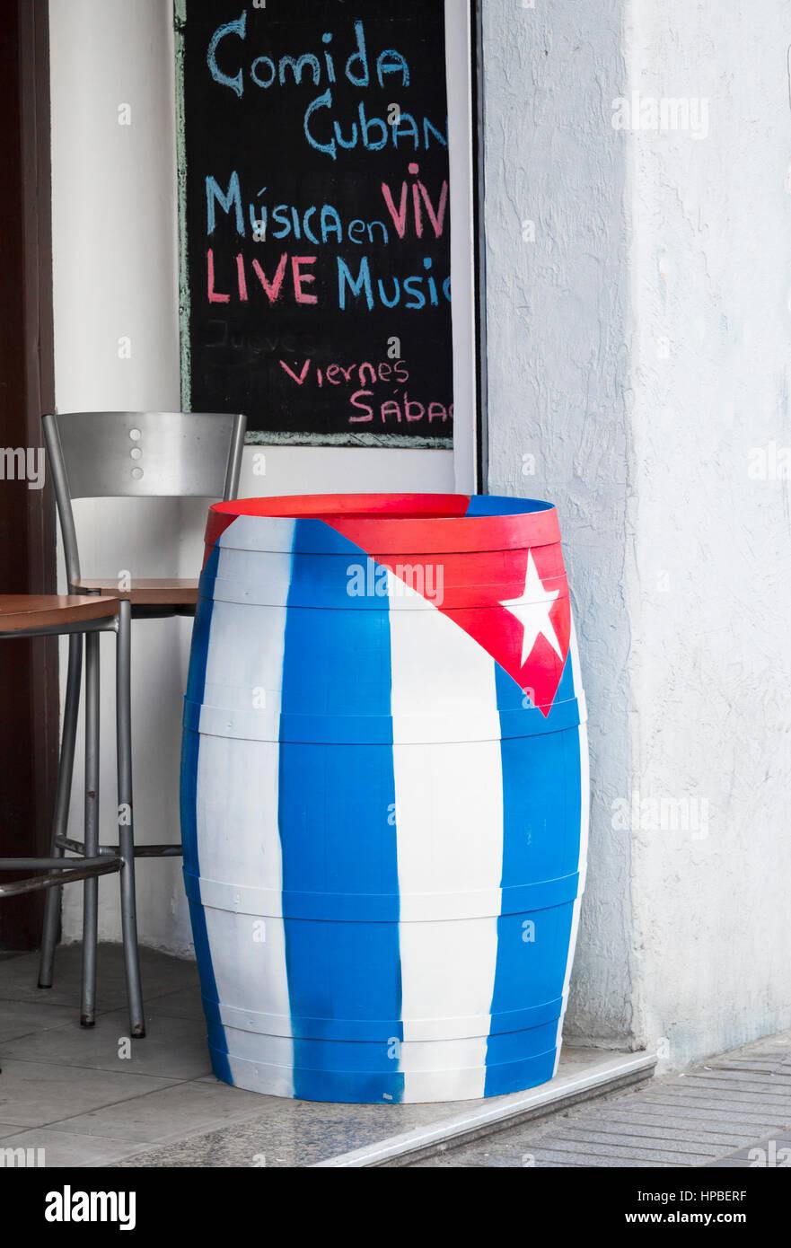 Rum-Fass gemalt in den Farben der kubanischen Nationalflagge in kubanische Bar in Las Palmas, Gran Canaria, Kanarische Stockbild