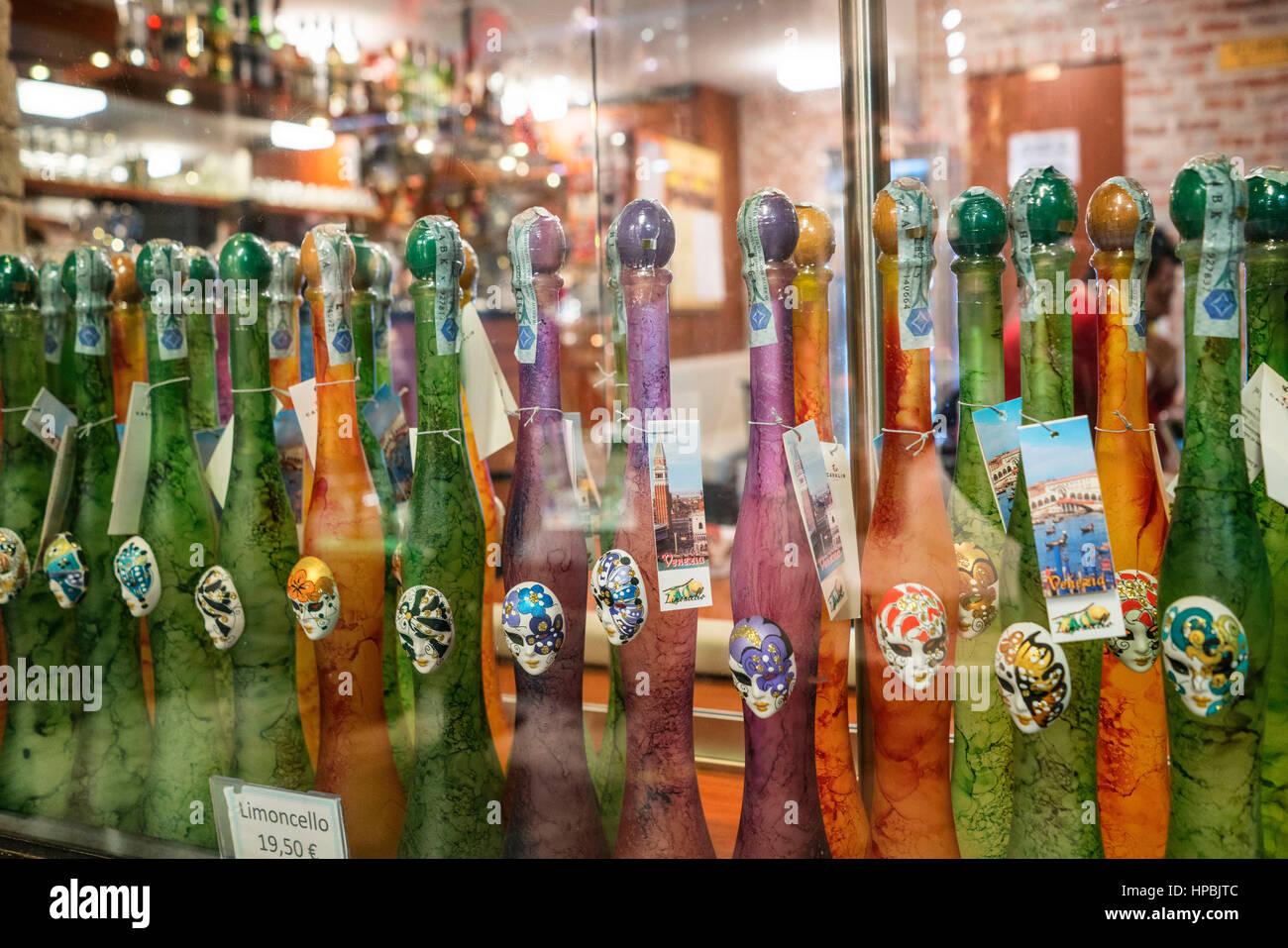 RAW von Limoncello-Likör-Flaschen, Venedig, Italien Stockbild