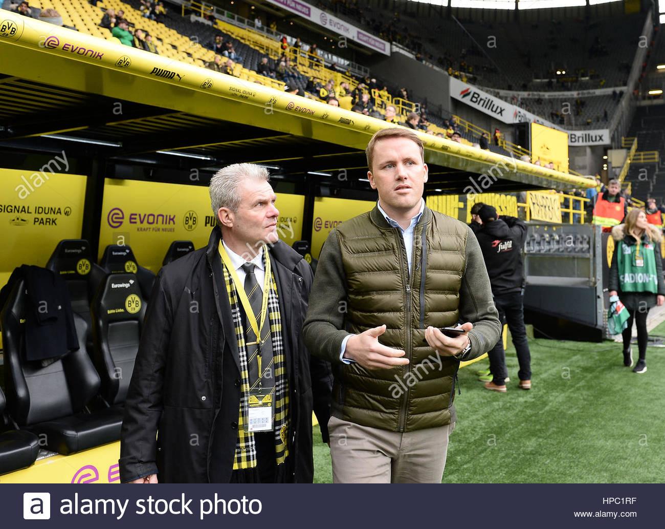 Sportdirektor Olaf Rebbe (VfL Wolfsburg) ist Noch Nicht so Bekannt Und Wird von Einem Ordner Nach Seiner Akkreditierung Stockbild