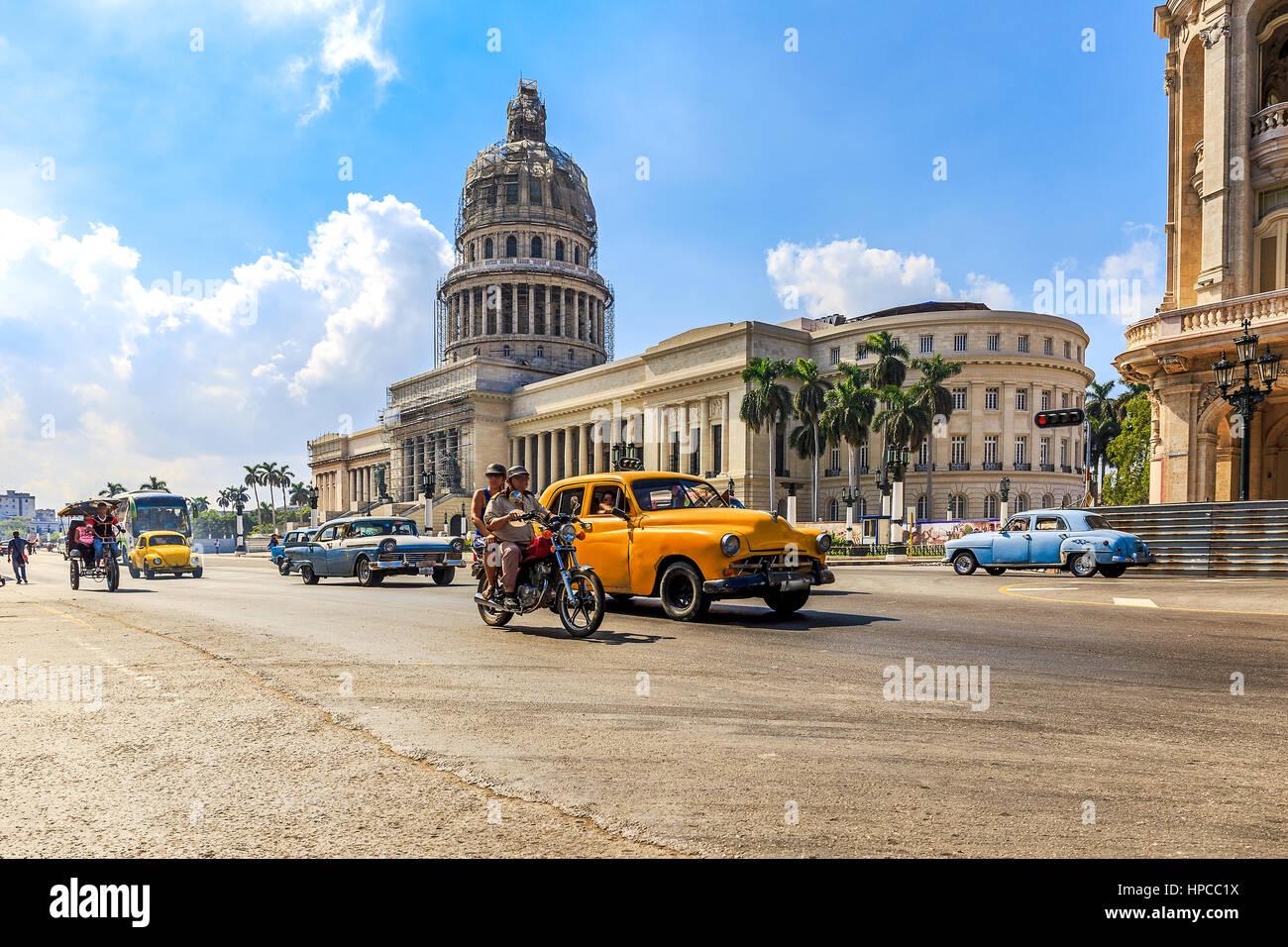 Oldtimer vor dem Capitolio Havanna, die Hauptstadt von Kuba Stockbild