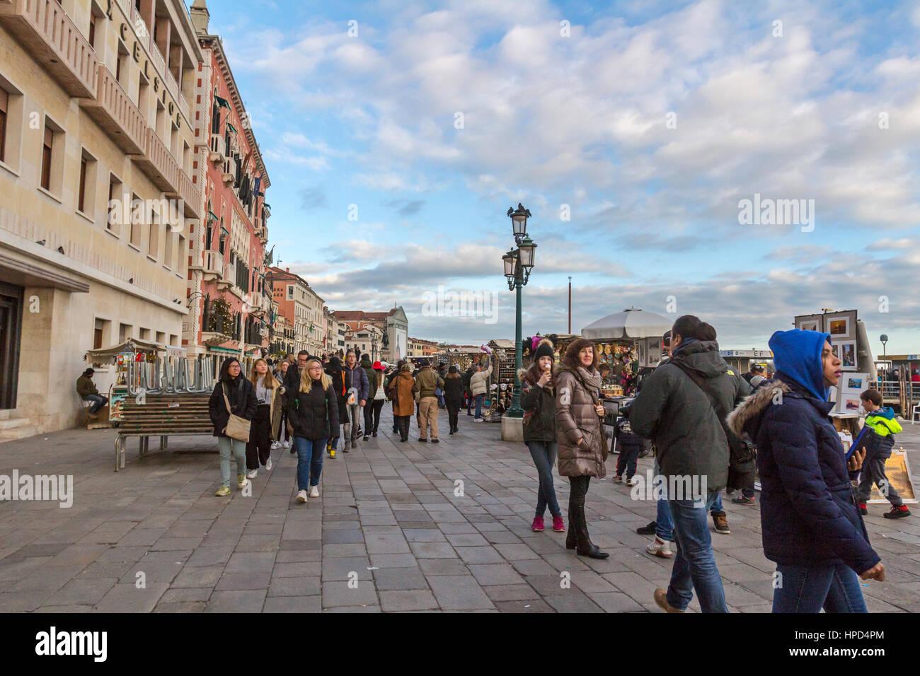 Besucher und Touristen in Venedig, Italien. Stockbild