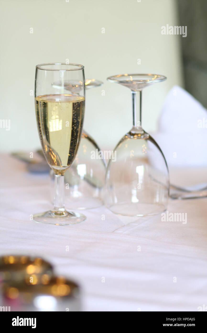 Glas Champagner am Tisch Stockbild