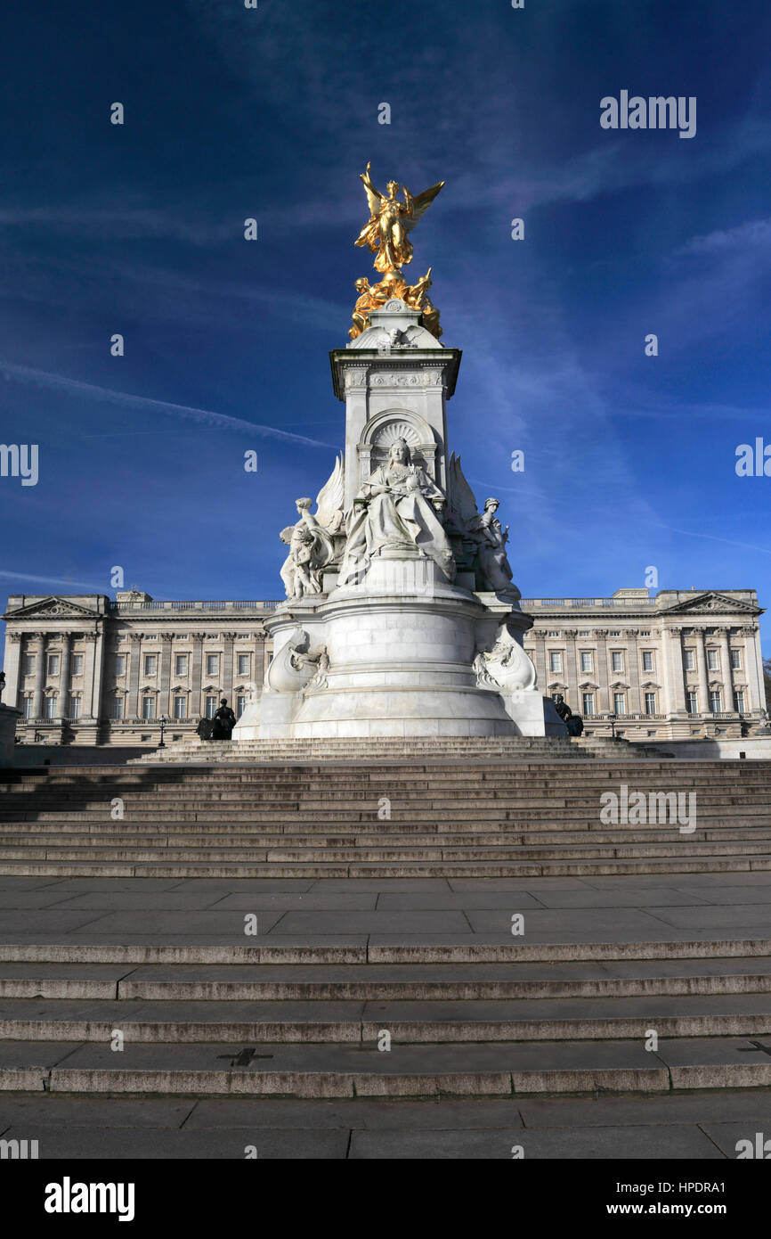 Sommer Blick auf die Fassade des Buckingham Palace und Königin Victoria Monument, St. James, London, England, Stockbild