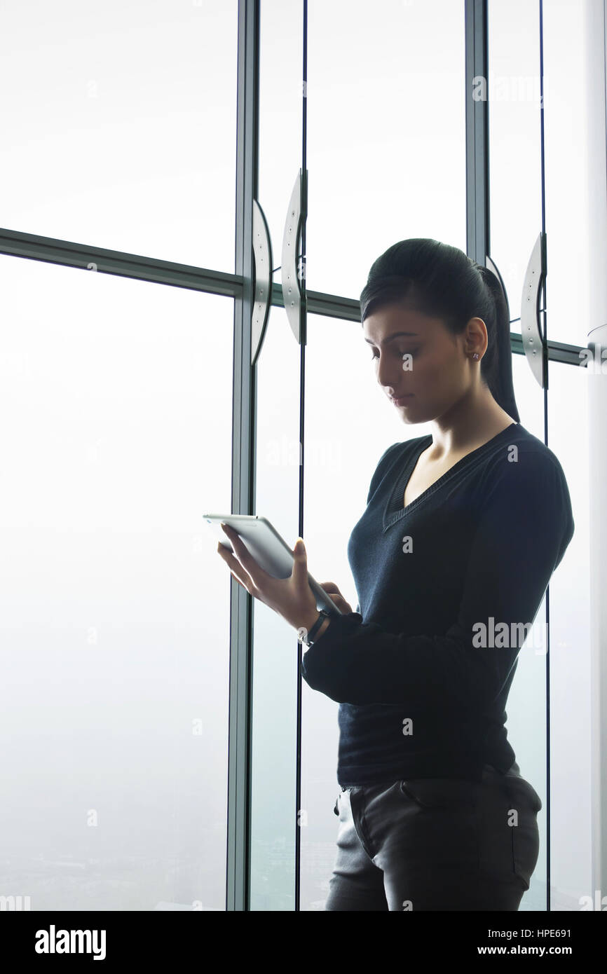 Junge Frau mit digital-Tablette im modernen Büro Stockfoto
