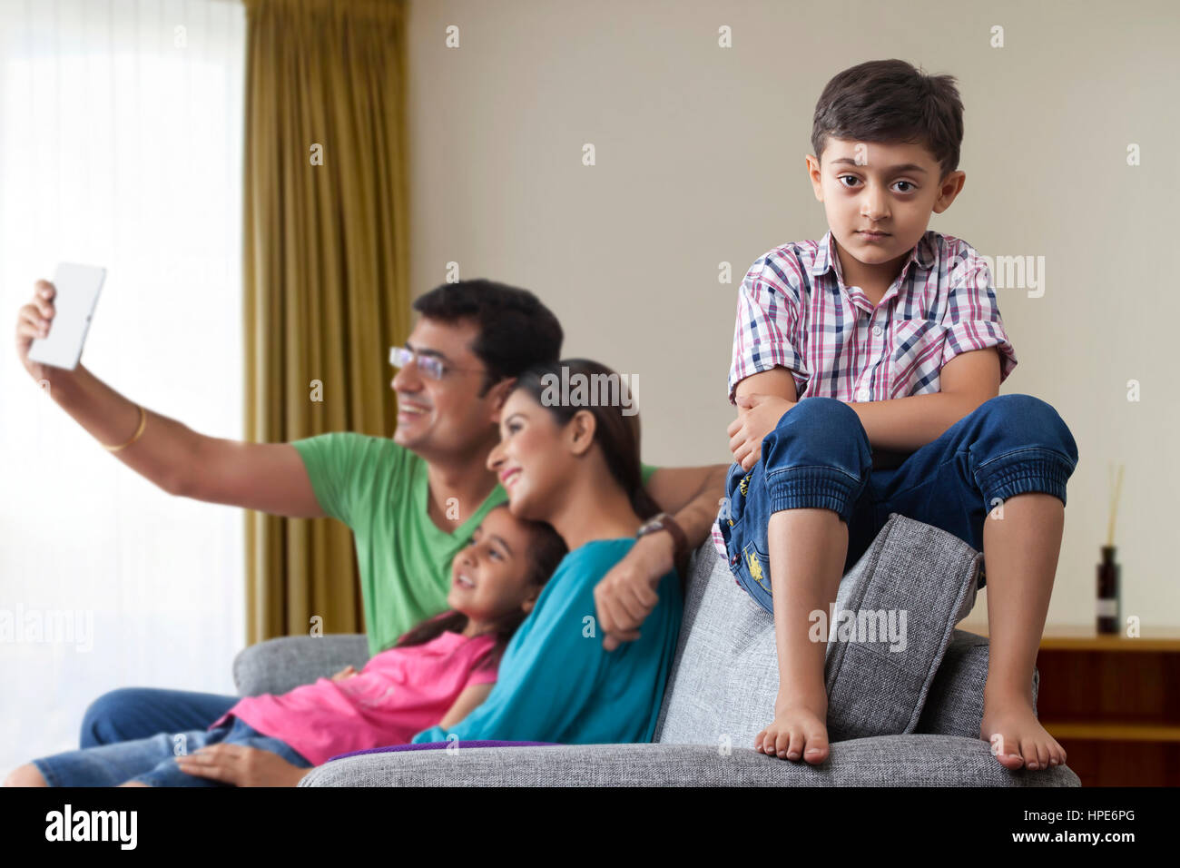 Konflikte mit Familie, Porträt von Ernst junge mit seinen Eltern und Schwester mit digital-Tablette im Hintergrund Stockfoto
