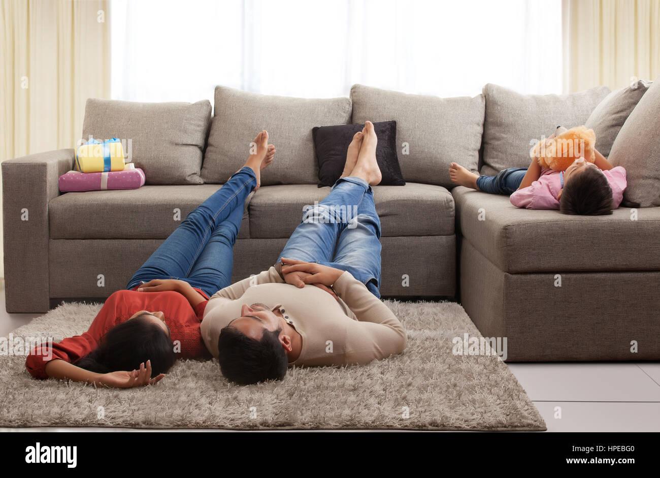 junges paar auf teppich auf dem boden jungen schlafen auf dem sofa liegend stockfoto bild. Black Bedroom Furniture Sets. Home Design Ideas