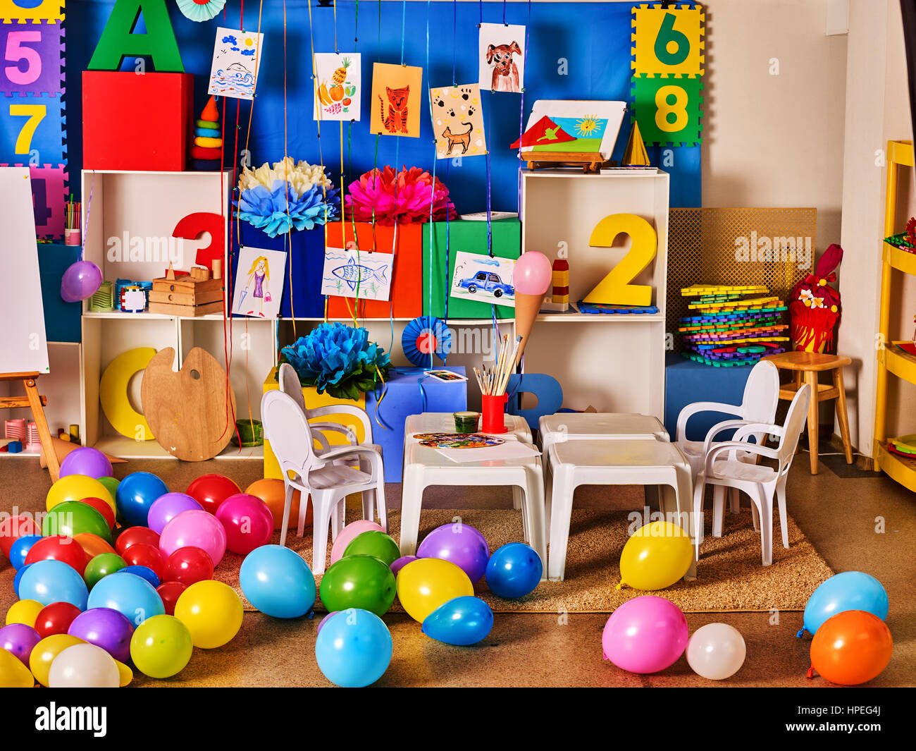 Kindergarten Innendekoration Kind Bild An Wand. Vorschulklasse Kinder  Warten. Farbe Ballons Im Stock. Spielzimmer Mit Weißen Tisch. Kunst Raum Ed