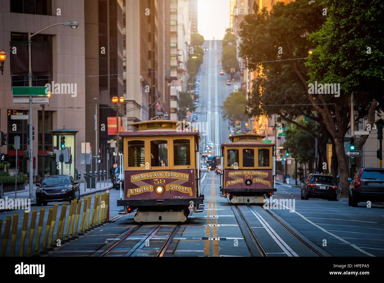 Klassische Ansicht des historischen traditionellen Cable Cars fahren in der berühmten California Street im Stockbild