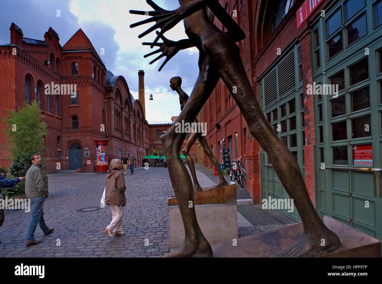 Kultur-Brauerei. Sredkinstrave an der Schönhauser Allee. Skulpturen von Rolf Biebl.Berlin. Deutschland Stockbild