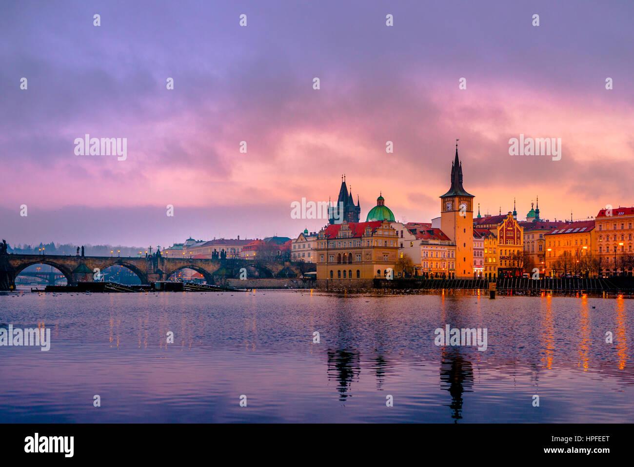 Vltava, Karlsbrücke, Brückenturm, Sonnenaufgang, Altstadt, Prag, Böhmen, Tschechische Republik Stockbild
