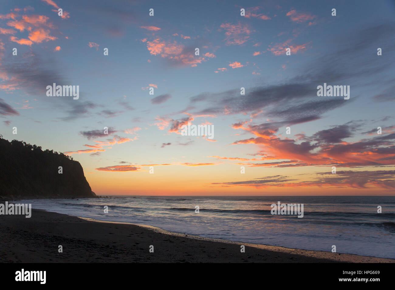 Okarito, Westland Tai Poutini Nationalpark, West Coast, New Zealand. Bunter Himmel über die Tasmanische See, Sonnenuntergang. Stockfoto