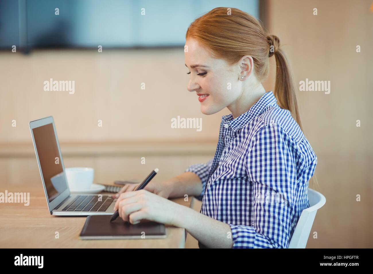 Grafik Designerin mit Grafiktablett in office Stockbild