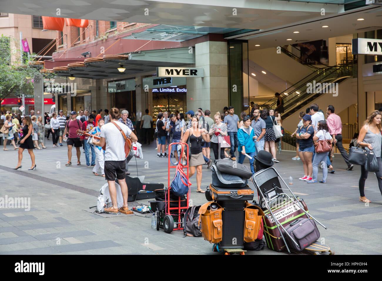 Männliche Busker Durchführung musikalisch in der Pitt Street Mall einkaufen Bezirk in Sydney City Centre, Stockbild