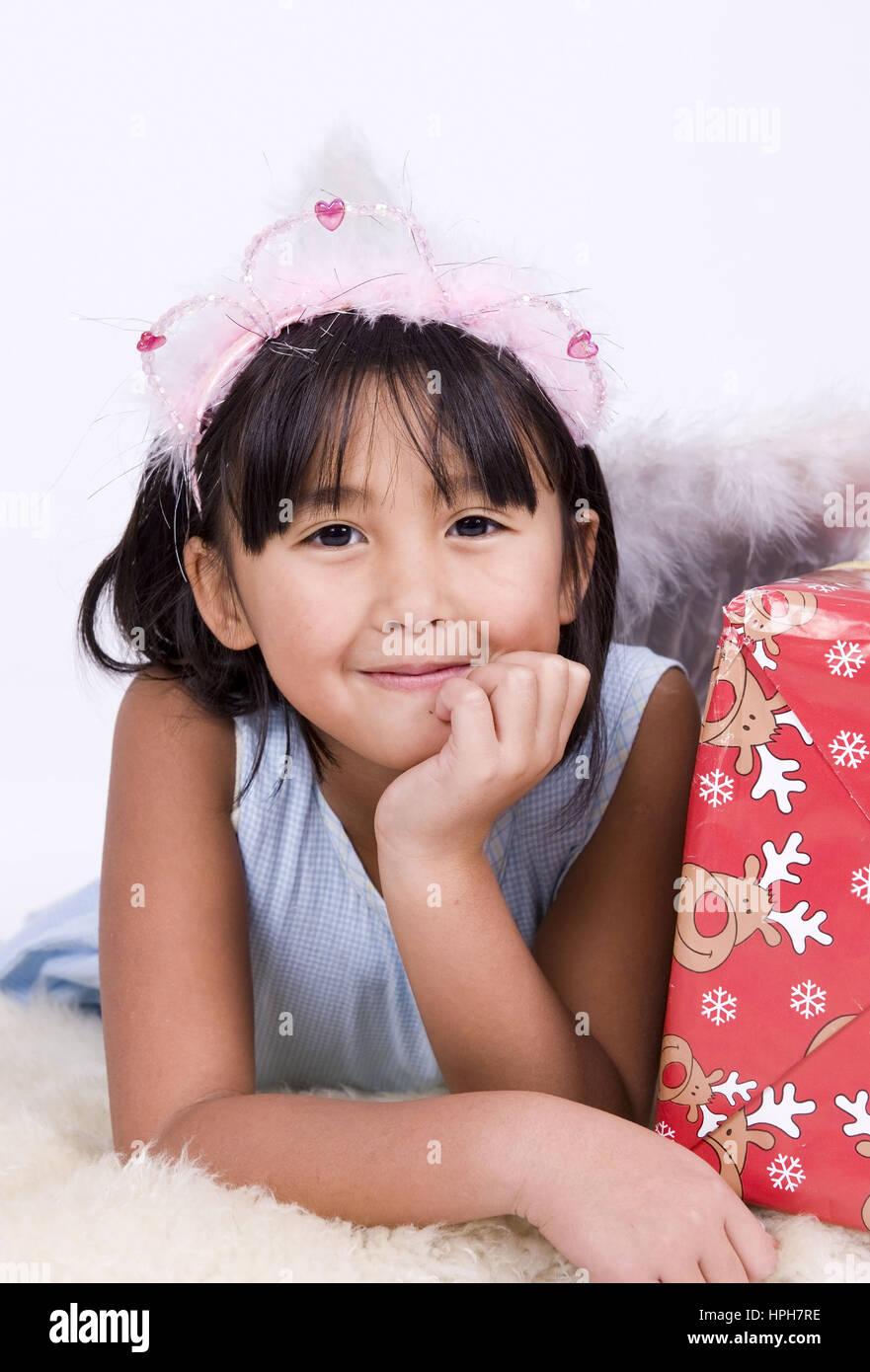 Asiatisches Maedchen Mit Weihnachtsgeschenk - Mädchen mit ...