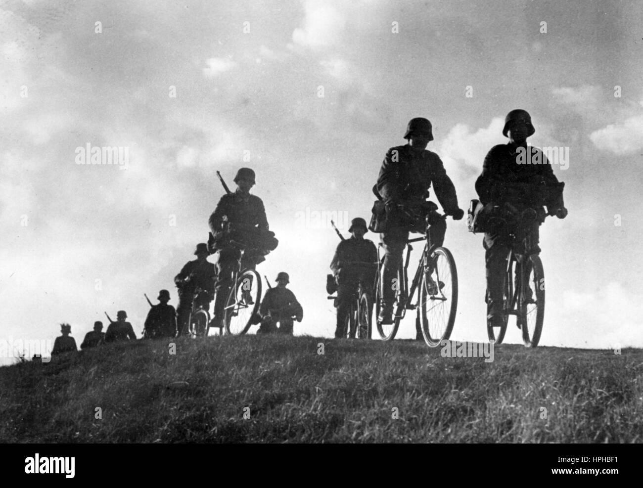 die-ns-propaganda-bild-zeigt-elemente-der-eine-deutsche-wehrmacht-fahrrad-truppe-auf-einer-ubung-veroffentlicht-im-januar-1941-ein-nazi-reporter-hat-auf-der-ruckseite-des-bildes-am-02011941-geschrieben-durch-kontinuierliche-ubungen-die-leistung-unserer-soldaten-erhoht-ein-fahrrad-geschwader-in-der-ausbildung-jedes-hindernis-muss-angegangen-werden-auf-dem-marsch!-foto-berliner-verlag-kein-draht-service-archiv-weltweite-nutzung-hphbf1.jpg