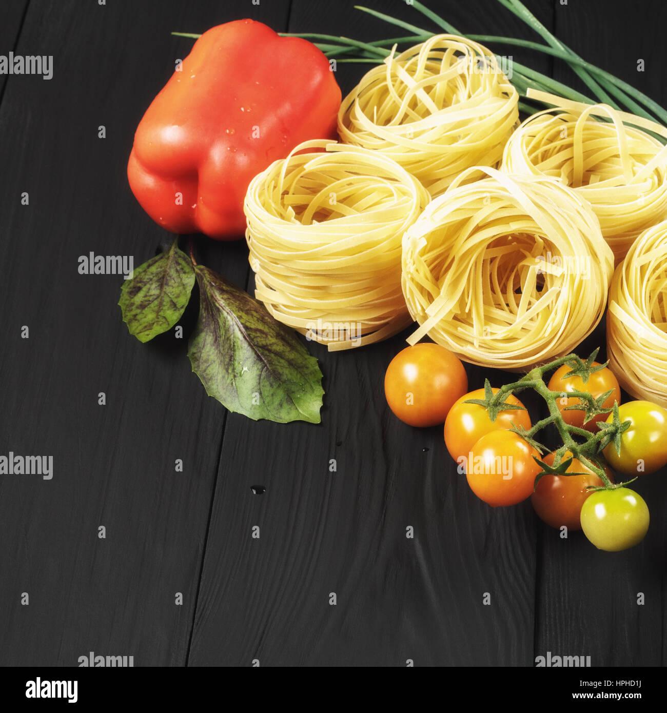 Nudeln und Gemüse auf schwarzem Hintergrund, Exemplar Stockfoto