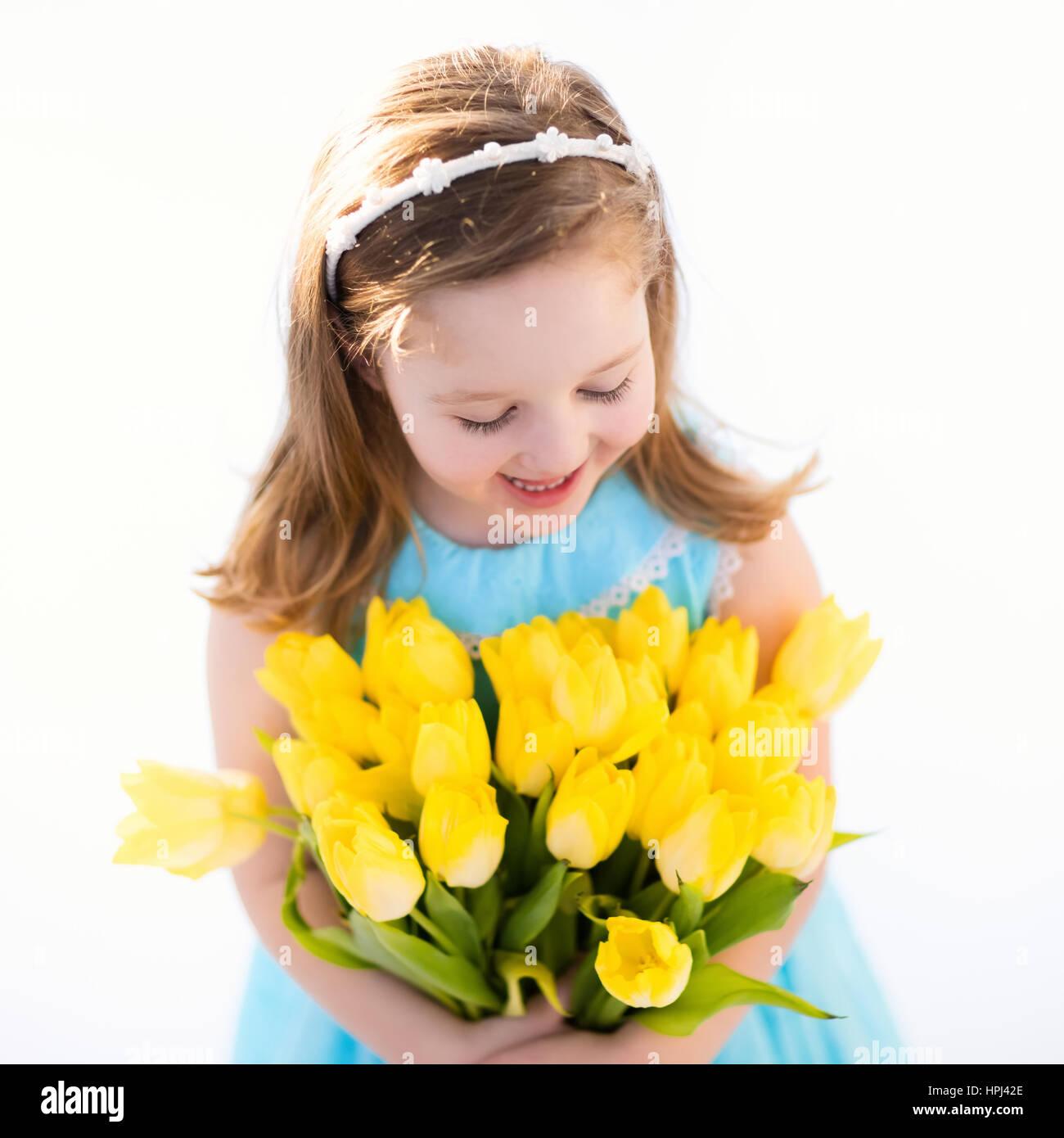 Niedliche kleine Mädchen im blauen Kleid Geburtstagsparty Tulpe ...
