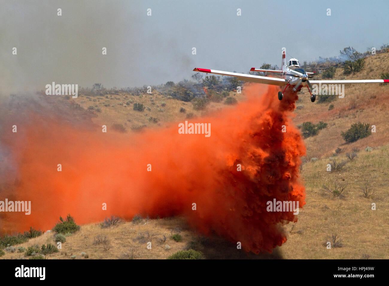 Einmotorigen Air Tanker (Sitz) Abwurf feuerhemmenden auf ein Lauffeuer in Idaho, USA. Stockfoto
