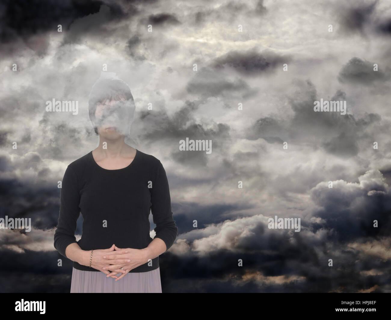 Frau in einem dunklen Raum, graue Wolken. Depression, Angst-Konzept, Metapher. Stockbild