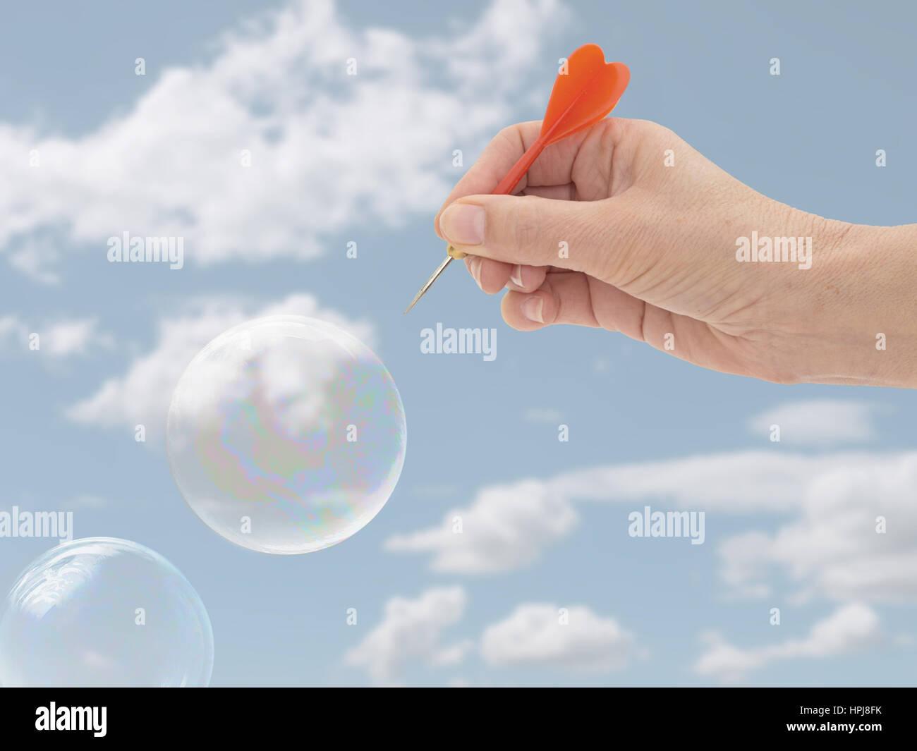 Platzen der Blase-Konzept. Finanz-, Geschäfts- oder allgemeine Konzept, Metapher. Zarte Frauenhand. Stockbild
