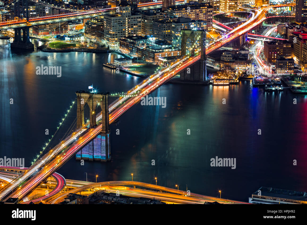 Luftaufnahme der Brooklyn Bridge bei Nacht in New York City Stockbild