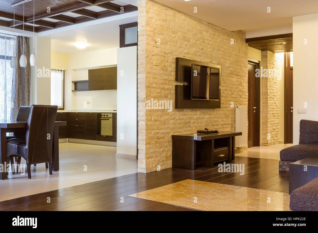 Moderne Wohnzimmer und moderne Küche. Die Wand mit natürlichen Stein ...