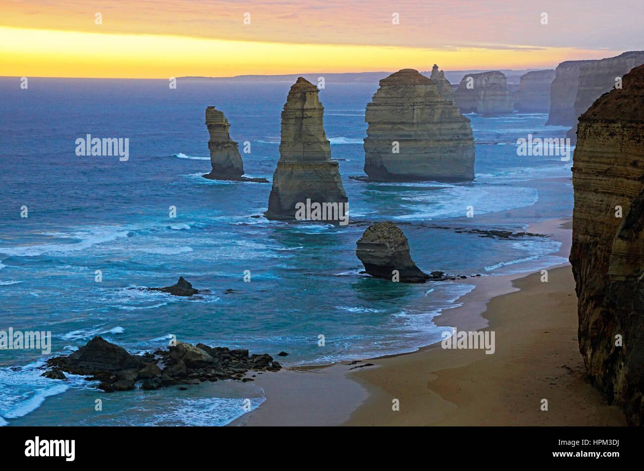 12 Apostel bei Sonnenuntergang entlang der Great Ocean Road, Victoria, Australien. Stockbild