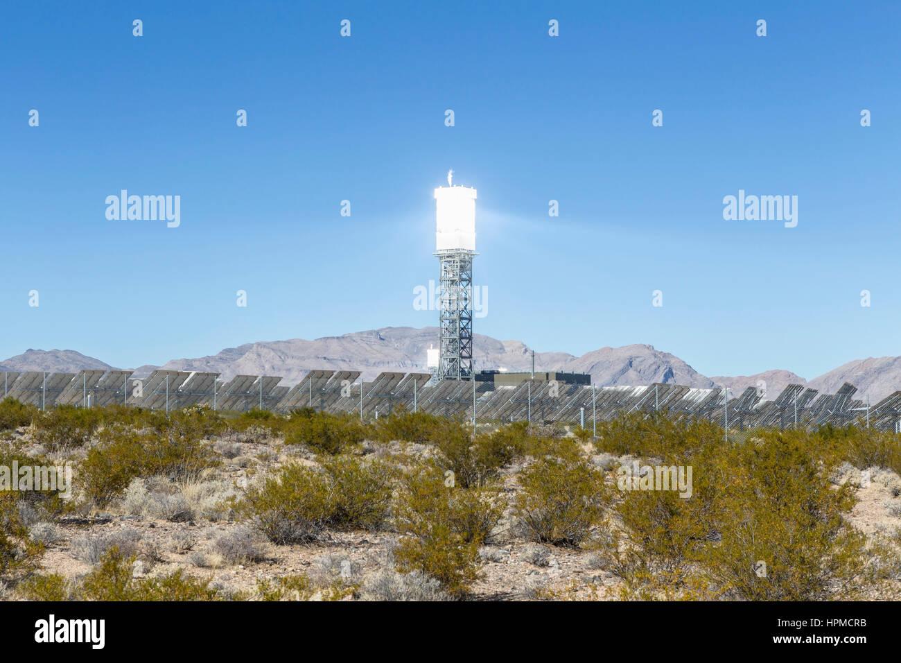 Ivanpah, Kalifornien, USA - 26. November 2014: Reflektierende Solarstrom Turm an das Ivanpah solar-Kraftwerk in Stockbild