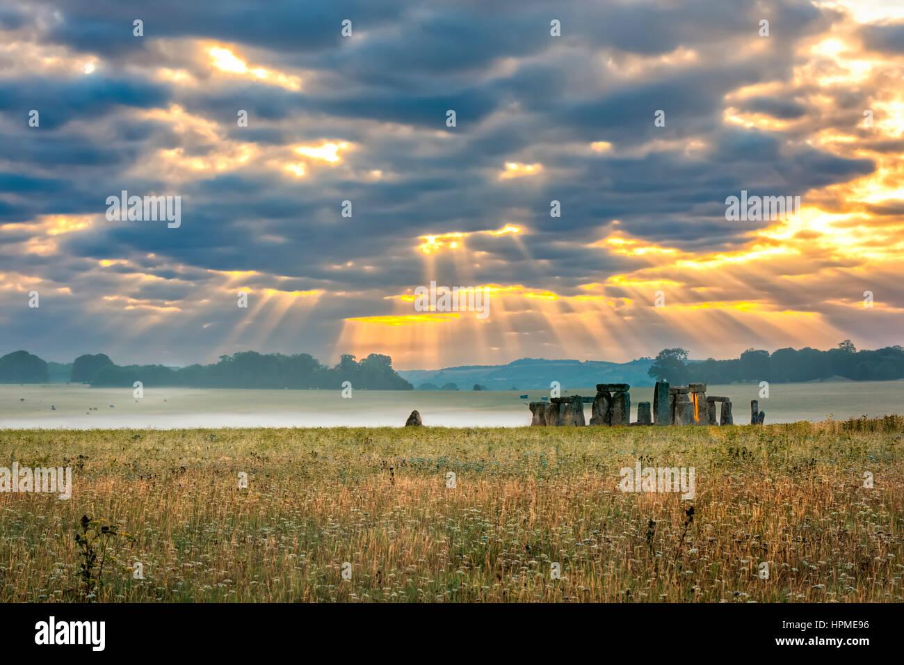 Amesbury, Wiltshire, Großbritannien - 14. August 2016: Trübe Sonnenaufgang über Stonehenge - vorgeschichtlichen Stockbild