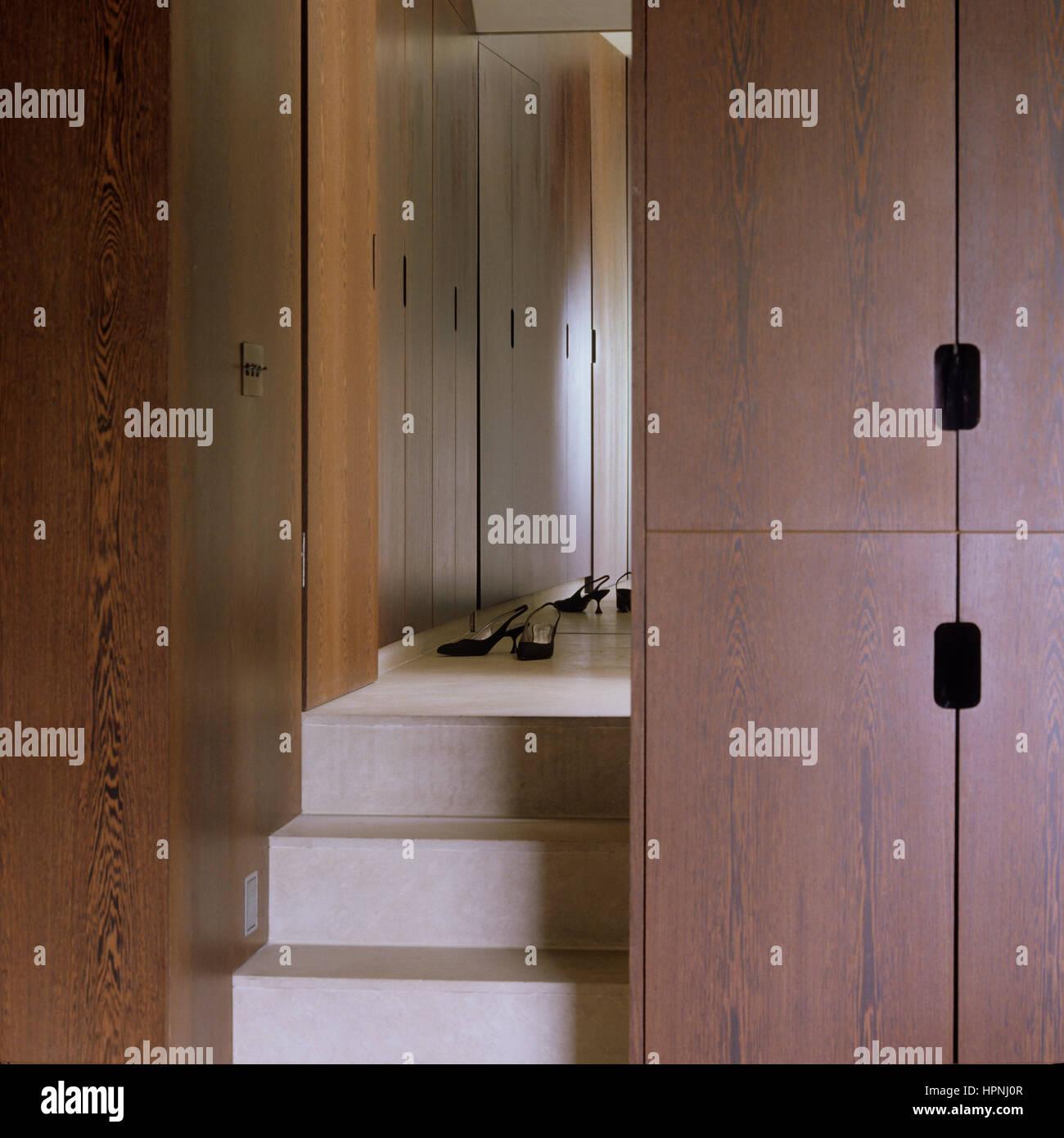 Ein Schlafzimmer mit einem begehbaren Kleiderschrank Stockfoto, Bild ...