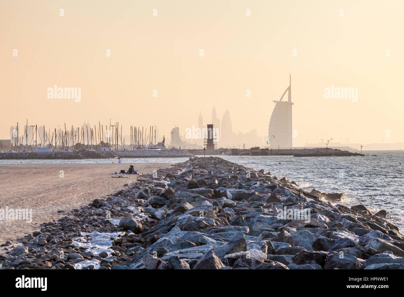 Öffentlicher Strand an der Küste des Persischen Golfs und Hotel Burj al Arab in Dubai. Vereinigte Arabische Stockbild