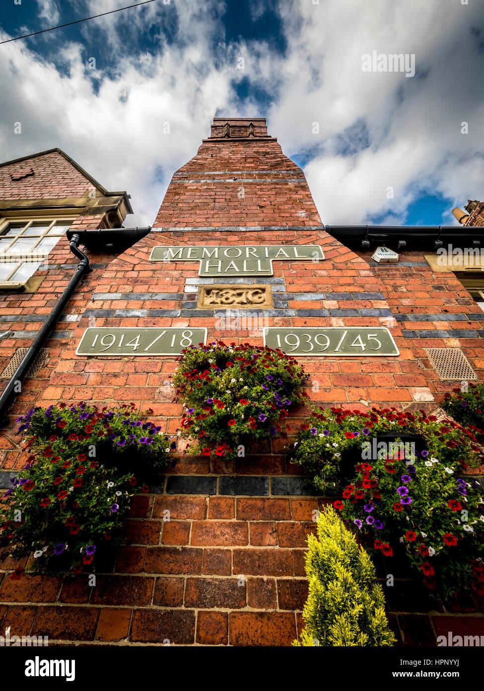 Memorial Hall Plaketten auf Wand, Haxby, Yorkshire, Großbritannien. Stockfoto