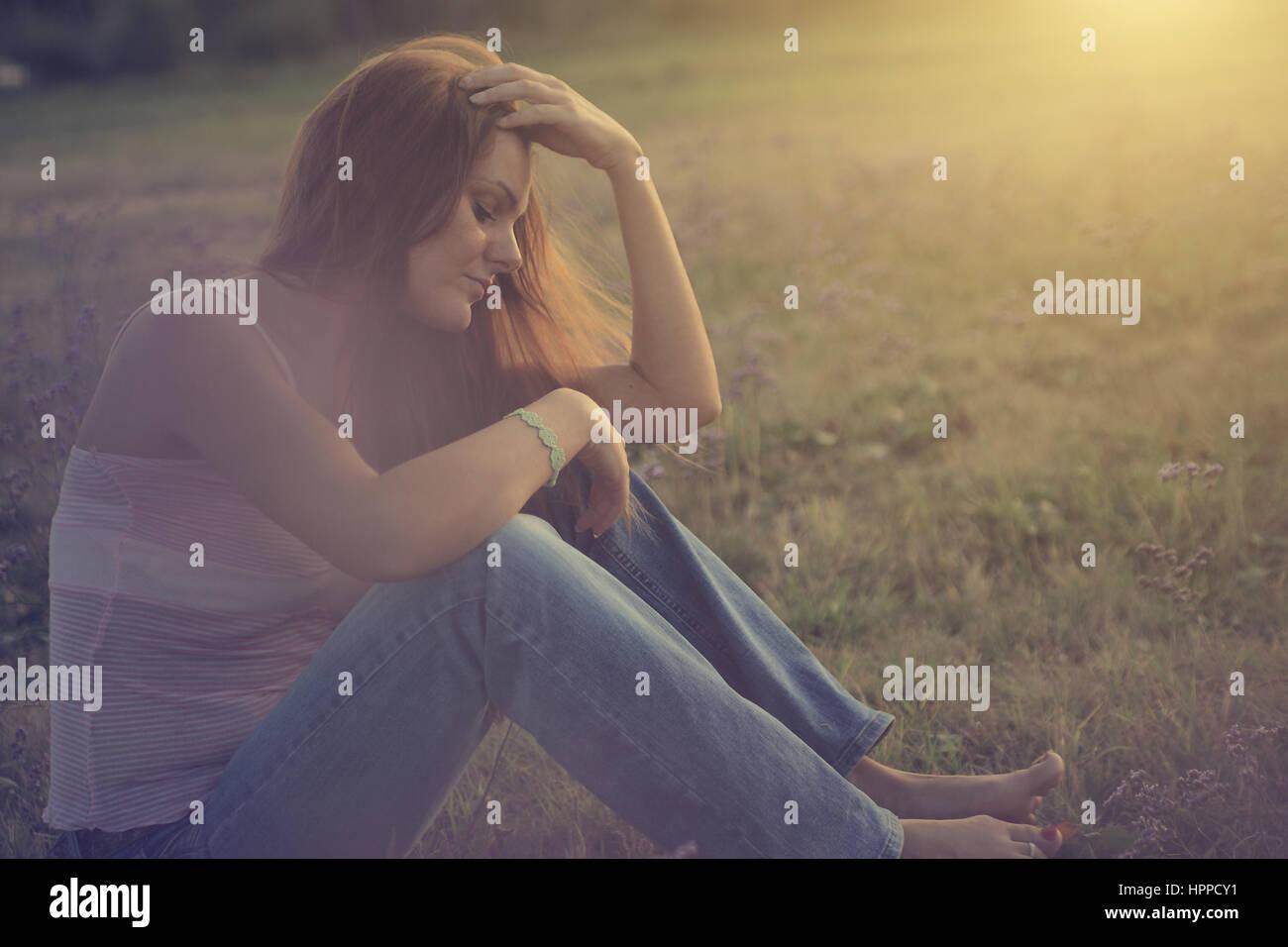 Traurige Frau in der Natur Stockbild