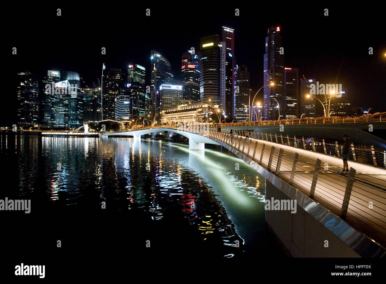 Ein Stadtbild Ansicht mit der Jubilee Bridge-Foregroumd und dem Central Business District-Hintergrund in Marina Stockbild