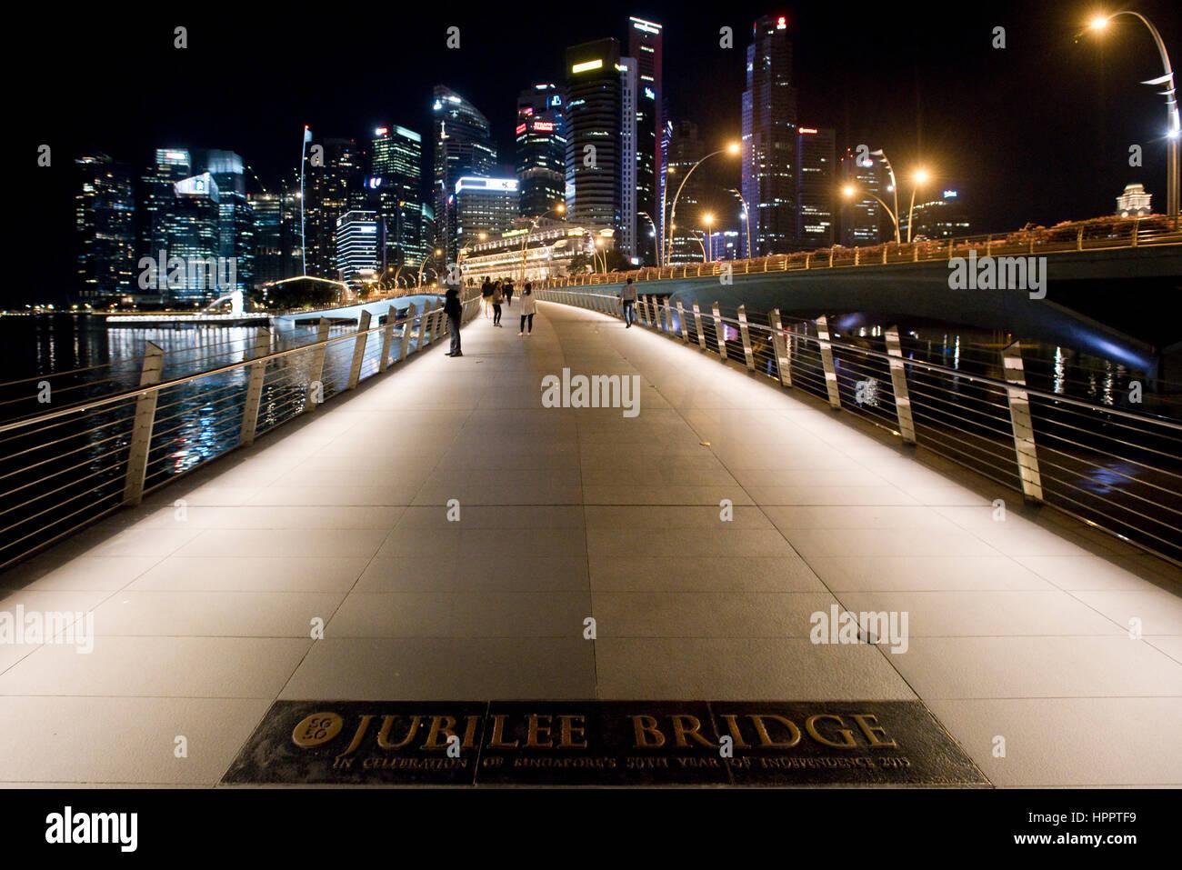 Scape Blick auf die Stadt mit der Jubilee Bridge-Foregroumd und dem Central Business District-Hintergrund in Marina Stockbild